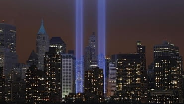 Symboliczna iluminacja w Nowym Jorku w hołdzie ofiarom zamachu z 11 września 2001 roku na dwie wieże World Trade Center