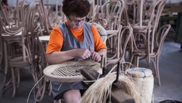 FAMEG. Jak powstają tradycyjne krzesła gięte