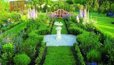 Symetria stosowana konsekwentnie w rozwiązaniach przestrzennych wprowadza do ogrodu harmonię i ład.