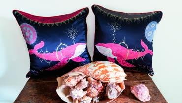"""Wielorybi śpiew. Jedwabne, ręcznie wyszywane poduszki """"Cosmic Whale"""". Rysunek zaprojektowany przez Fina, Klausa Haapaniemiego, projektanta i artystę znanego zpięknych bajkowych motywów. www.klaush.com"""
