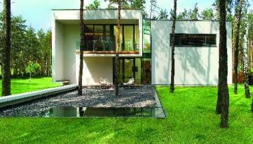 Prezentowany dom to bardzo dobry przykład architektury dopracowanej koncepcyjnie, projektowo i realizacyjnie. Przy tym skromnej, nieostentacyjnej, zrealizowanej przy stosunkowo ograniczonym budżecie