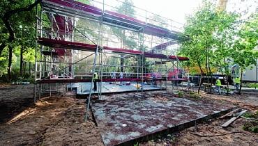 Dom prefabrykowany można budować bez względu na pogodę - konstrukcja jest stawiana na wykonanej wcześniej płycie fundamentowej
