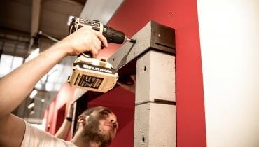 Warto wiedzieć, że dostępne są dziś różnorodne rozwiązania izolacyjne pozwalające na zamocowanie stolarki z użyciem taśm (tzw. montaż warstwowy, nazywany również 'ciepłym') czy w warstwie ocieplenia, gdzie okno jest wysunięte i zainstalowane w warstwie izolacji termicznej budynku za pomocą specjalnych profili lub konsol