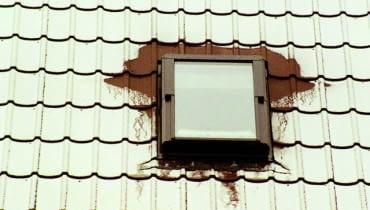 Mostki termiczne wokół źle zmontowanego okna najlepiej są widoczne po pierwszych opadach śniegu