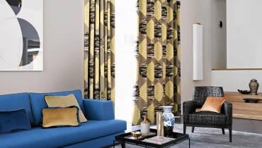 PROSTE, LEKKIE MEBLE, graficzne wzory, stonowane kolory - współczesny przepis na salon w stylu lat 60. Zasłony z tkaniny Ondra marki Zimmer+Rohde 668 zł/m.b., Decoon
