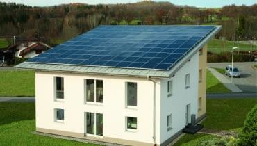 Panele fotowoltaiczne można ułożyć na dachach pokrytych różnymi materiałami - dachówką ceramiczną i cementową, blachodachówką lub gontem