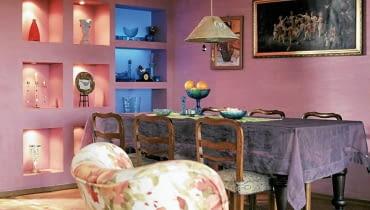 <B>Rodzina i przyjaciele domu przez lata przywykli do przecieranych ścian w odcieniu wrzosu. Przyszedł jednak czas na zmiany i wrzos został zastąpiony błękitem zestawionym z żółcią i zielenią. Takie połączenie barw okazało się uniwersalne. Na ich tle pięknie wygląda zarówno kolekcja szkła, jak i stare meble: stojący tu od zawsze stół i odziedziczone po babci krzesła. Koszt zmian: 2100 zł.</B> <BR />METAMORFOZA POKOJU DZIENNEGO, PRZED ZMIANĄ: było miło i kolorowo, ale nawet takie wnętrza potrafią się po prostu znudzić.