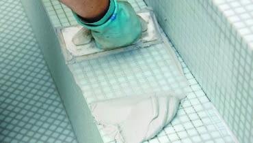 Fuga epoksydowa jest bardzo trwała i odporna na wodę, ale wymaga umiejętnej aplikacji