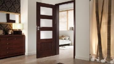 Zanim drzwi zostaną zamontowane, trzeba je dokładnie obejrzeć. Po ich osadzeniu, producent nie przyjmie reklamacji.