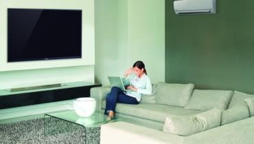 Do domów najbardziej są polecane klimatyzatory typu split. Składają się one z dwóch części - jednostki wewnętrznej oraz zewnętrznej. Ich montaż najlepiej przewidzieć w nowo budowanym domu, ale w już użytkowanym jest również możliwy.