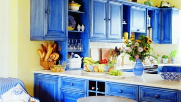 &Blue cabinets in country-style kitchen