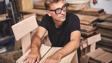 Tomek Rygalik i krzesło Natural Born