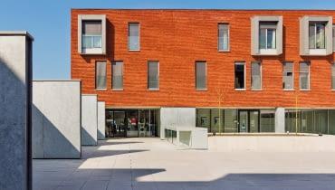 Ręcznie formowane cegły, o naturalnie nieregularnej powierzchni, wyglądają ciekawie nie tylko z fugą (białą, szarą czy w odcieniu klinkieru), ale również układane bez fugi. Na zdjęciu: cegła Boston z kolekcji Attitude, wymiary od 209 × 101 × 51 mm do 240 × 115 × 71 mm, cena od 3,21 zł/szt., VANDERSANDEN