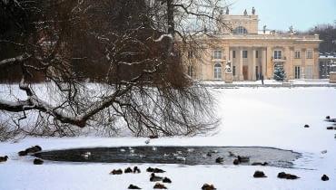 Pałac na Wyspie to rezydencja króla Stanisława Augusta, powstała na przełomie XVII i XVIII wieku. Początkowo była pawilonem - Łaźnią, później przekształcono ją w pałac.