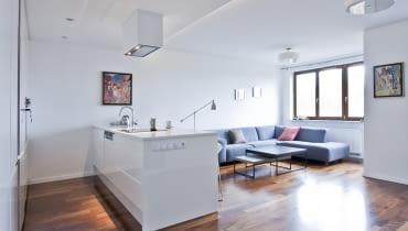 Nowoczesny minimalizm. Przestronne mieszkanie dla singielki