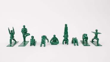 Żołnierzyki uprawiający jogę