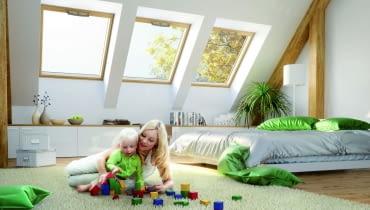 Na rynku dostępnych jest wiele różnych okien dachowych, warto więc zwrócić uwagę nie tylko na ich parametr termoizolacyjności Uw, ale też na to, jakie mają rozwiązania i dodatkowe wyposażenie.