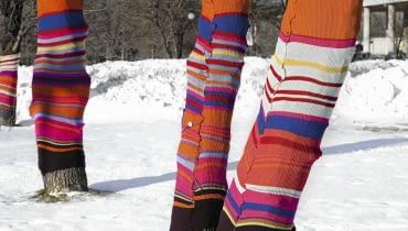Ostatnio hitem są kolorowe osłonki na pnie drzew, np. ze starych narzut lub swetrów