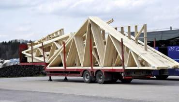 Elementy gotowej więźby przygotowane do transportu na plac budowy