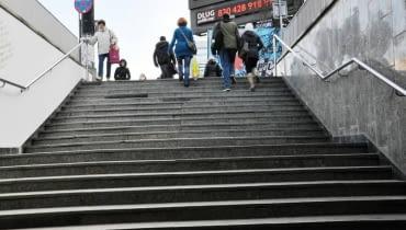 Schody do przejścia podziemnego pod rondem Dmowskiego