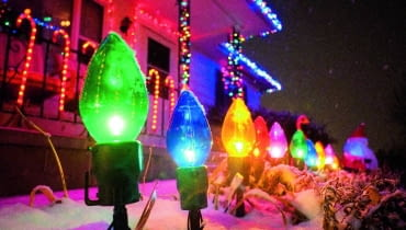 Światełka można zawiesić na elewacji domu, okapie dachu, balustradzie schodów czy tarasie.