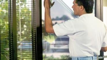 Naklejanie na okno samoprzylepnej folii termoizolacyjnej