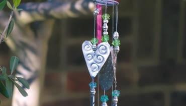 Ogrodowe dzwonki na wietrze są źródłem kojących dźwięków