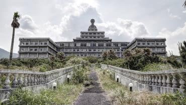 Australijski fotograf Shane Thoms uwielbia odkrywać opuszczone miejsca. Podróżując po Japonii odwiedził kilkadziesiąt opuszczonych budynków. Większość z nich to hotele, które lata swojej świetności mają dawno za sobą. Dziś straszą.