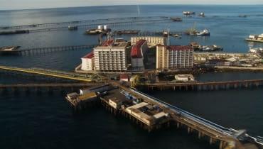 Miasto na morzu w Azerbejdżanie - kadr z filmu Cite du Petrole autorstwa Marca Wolfenbergera