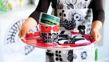 Maki, kultowy już wzór, teraz rozkwitają także na ceramicznych i plastikowych naczyniach.