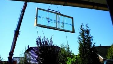 Transport dużego okna tarasowego często wymaga uzycia dźwigu