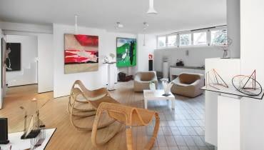 W miejscu małych pokoi powstała przestrzeń idealna do ekspozycji sztuki: futurystycznych rzeźb Piotra Kamlera i kolorowych płócien Teresy Pągowskiej.