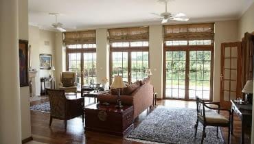 Układające się w miękkie fałdy materiałowe rolety rzymskie mogą być dekoracją każdego wnętrza