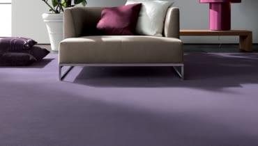 Wykładzina dywanowa - miękka i przyjemna dla stóp; do tego dobrze izoluje cieplnie, a ryzyko poślizgnięcia się na niej jest małe