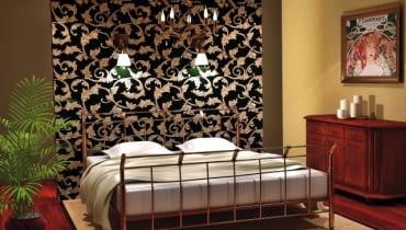 Projekt wnętrza 1. Ścianka za łóżkiem wyłożona tapetą w wyrazisty stylowy wzór stała się główną ozdobą tego wnętrza. Na ścianie zainstalowano dwa kinkiety - przy ich świetle można poczytać przed snem.
