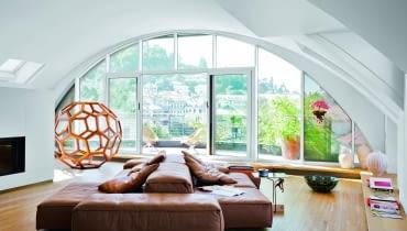 Pod kolebkowym sufitem salonu sofa Extrasoft Piero Lissoniego (Living Divani). Ażurowa struktura to wykonana z drewna huanghuali rzeźba 'Divine proportion' chińskiego artysty Ai Weiwei`a.