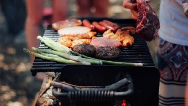 Jaki grill wybrać? Stylowe propozycje na letnie grillowanie