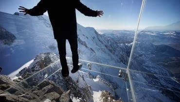 Szklana platforma widokowa 'Le Pas dans le Vide', czyli 'Krok w otchłań' we francuskich Alpach.