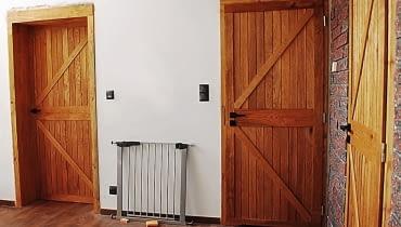 Bardzo modne są drzwi stylizowane na wrota od stodoły, czyli tzw. zetki.