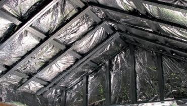 Folia antyrefleksyjna ułożona na dachu