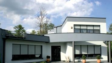 Zabezpieczenia okien w domu jednorodzinnym warto dostosować do stopnia zagrożenia włamaniem