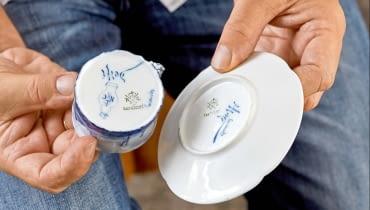 ...kiedy część wyprodukowanej porcelany wysyłano do Delft, miasta znanego z kunsztu holenderskich malarzy zdobiących słynny fajans. Na denku są więc sygnatury obydwu manufaktur.