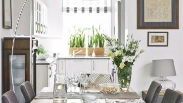 prezentacje mieszkań, jadalnia, kuchnia otwarta, stół