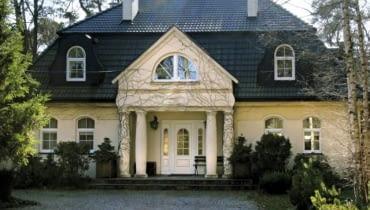 Choć lukarny są trudniejsze do wykonania niż montaż okien dachowych, dodają budynkom urody, zwłaszcza tym nawiązującym do tradycji dworkowej