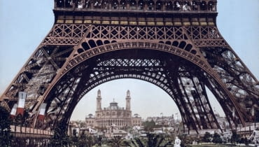 Zdjęcie wykonane u podnóża Wieży Eiffla w 1900 roku.