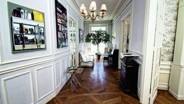 Paryski showroom Rue Monsieur Paris urządzony w typowym dla stolicy Francji haussmanowskim apartamencie. Współczesne meble marki doskonale wpisują się w panujący tu klimat.