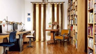 Stylowa mieszanka - tak można w skrócie określić wystrój tego gabinetu. Na nowoczesnych biurkach stoją stylizowane lampy - to nawiązanie do drugiej części pomieszczenia. Lampa sufitowa została zaprojektowana przez Waldemara Petryka.