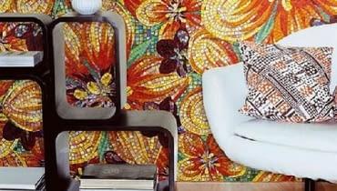 Kwiatowe, ogniste wzory szklanej mozaiki z kolekcji Flower Glass Tiles firmy Sicis.