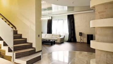 Aby wygodnie i bezpiecznie poruszać się po dużym holu i salonie, warto zamontować przełączniki schodowe i krzyżowe