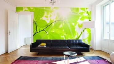 W tym salonie króluje świeża zieleń liści. Fototapeta dostępna w różnych rozmiarach. Wymiary: 200x150 cm, w cenie 486 zł, Dekornik.pl